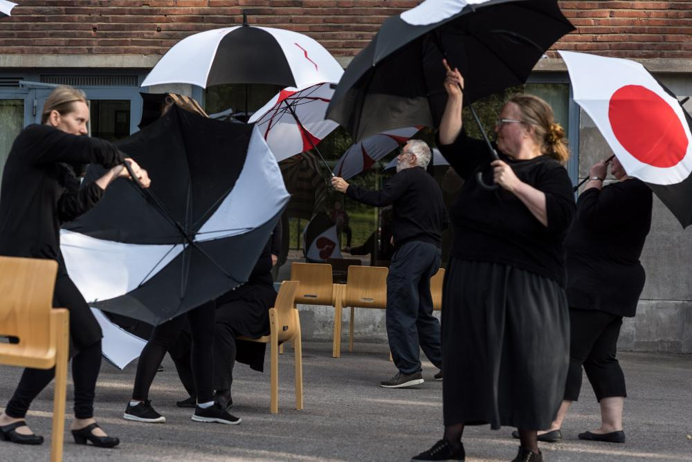 Dance performance with self-made umbrellas Saunabaari